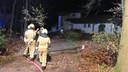 De woning aan de Monnikendreef heeft vooral schade aan het dak geleden. Of de woning onbewoonbaar is, laat de brandweer voorlopig in het midden.