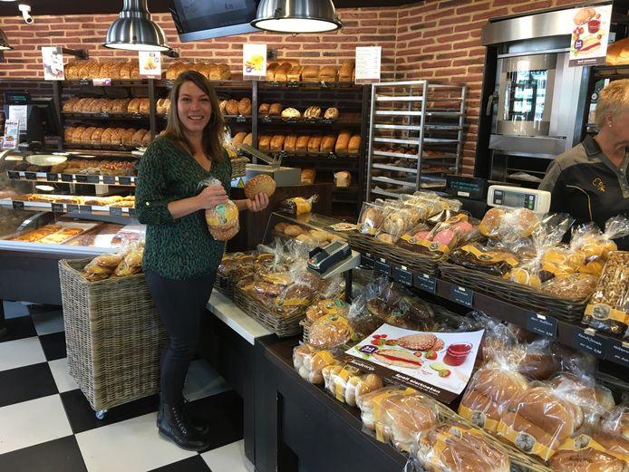 Reny Wildenberg in de winkel van bakker Roodenrijs.