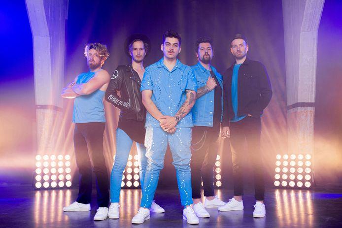Coverband Baby Blue met in het midden hun nieuwe zanger Dion Noya.