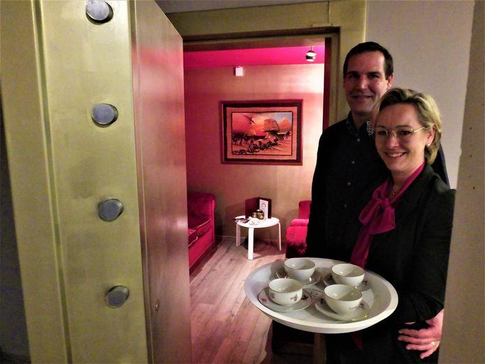 Anja Stevens en Bart Debbaut bij hun koffiekluis.