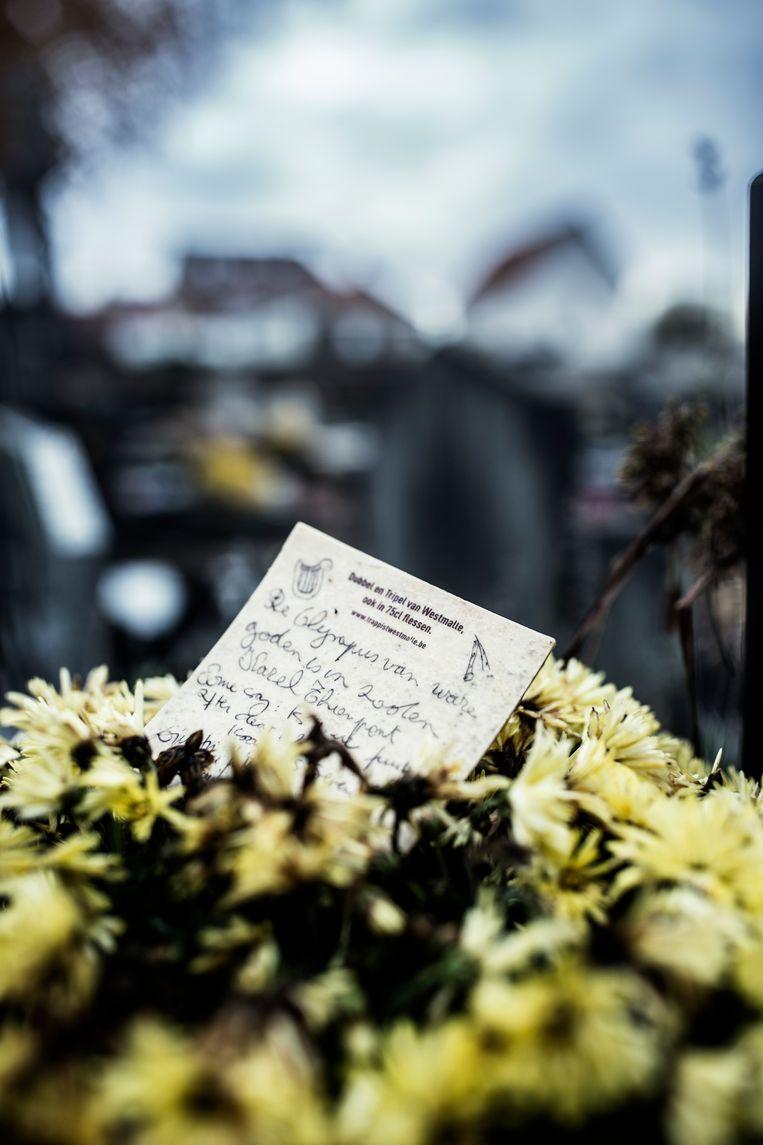 Een gedicht, achtergelaten door een fan.  Beeld Franky Verdickt