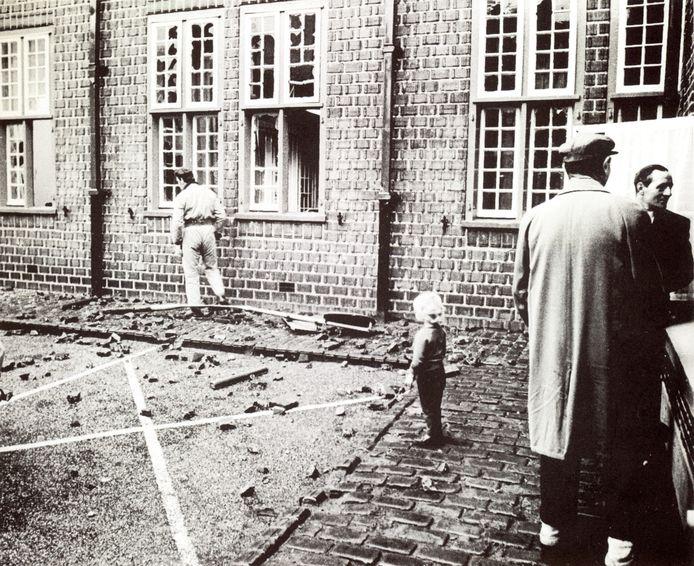 Na de ongeregeldheden van 1971 zijn bijna alle ruiten van het raadhuis van Tubbergen kapotgegooid.