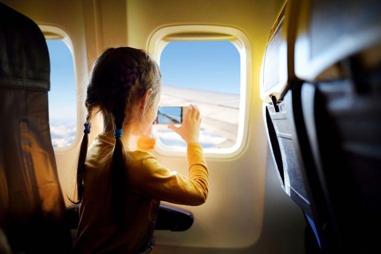 Veel vliegtuigmaatschappijen eisen dat je je toestellen uitzet bij het opstijgen en bij de landing Beeld Shutterstock