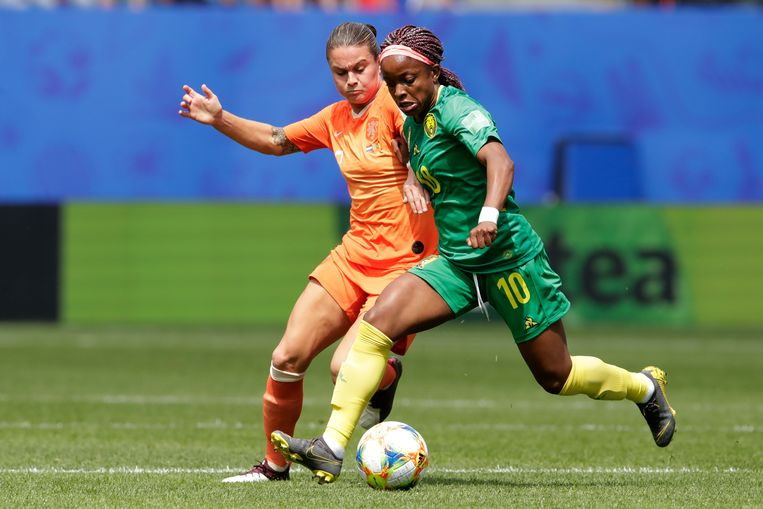 Sherida Spitse probeert Jeanette Yango van Kameroen van de bal te lopen.  Beeld Soccrates
