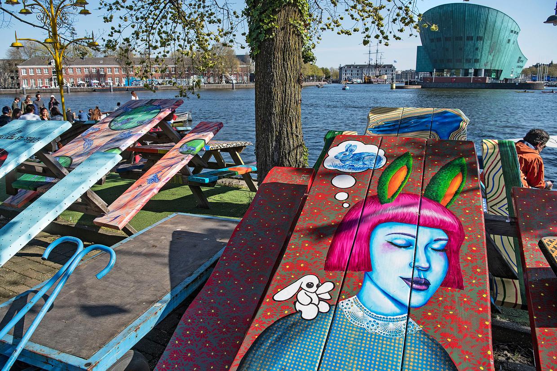 Koningsdag 2021. Het terras van restaurant Hannekes Boom aan het IJ. Beeld Guus Dubbelman