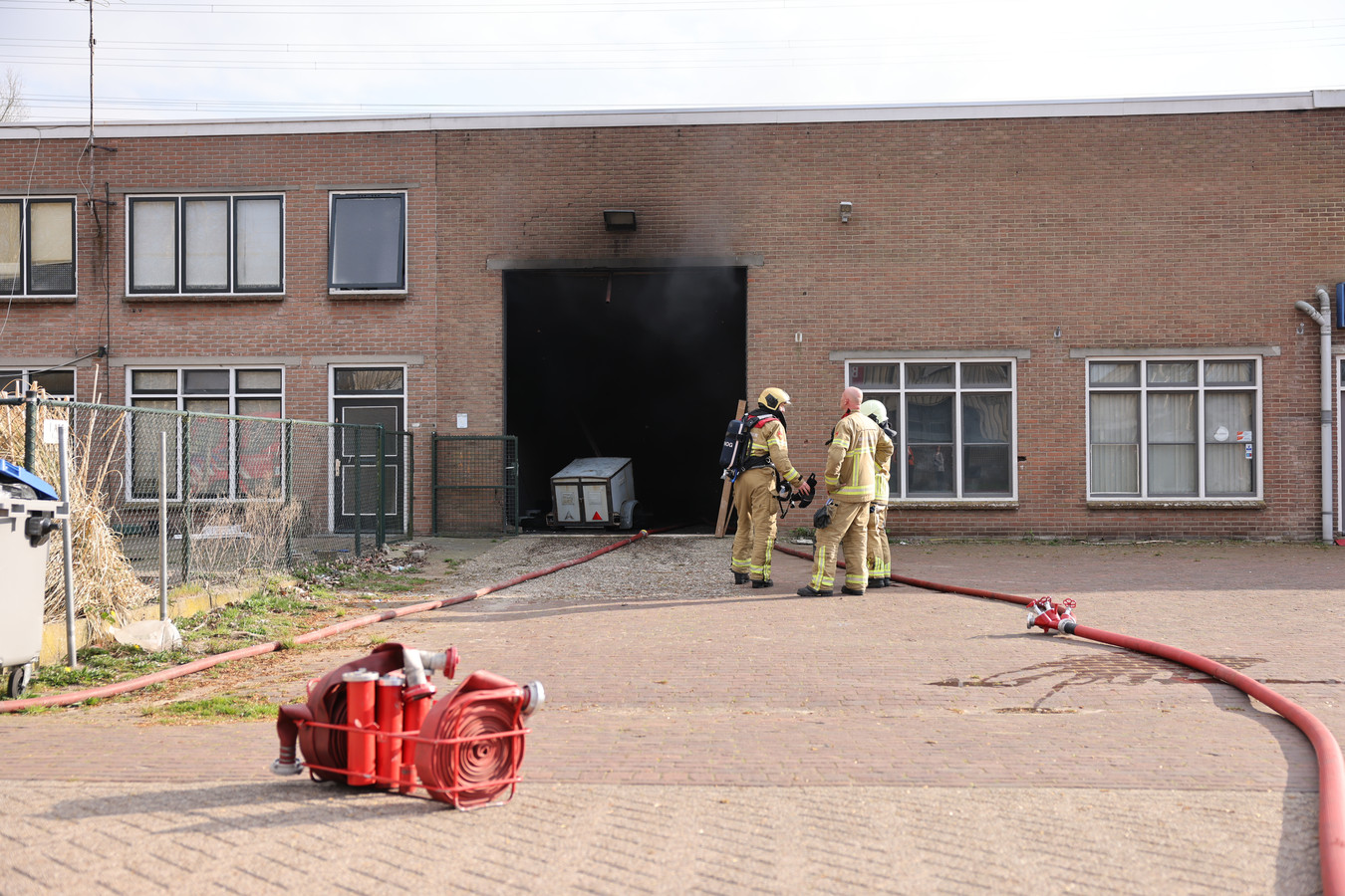Opnieuw problemen in dit pand aan de 1e Industrieweg in Hattem. Deze keer geen feest of illegale sigaretten, maar afgelopen zondag was er brand.