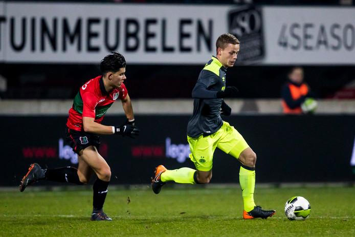 Ferdi Kadioglu in actie tegen Jong PSV.