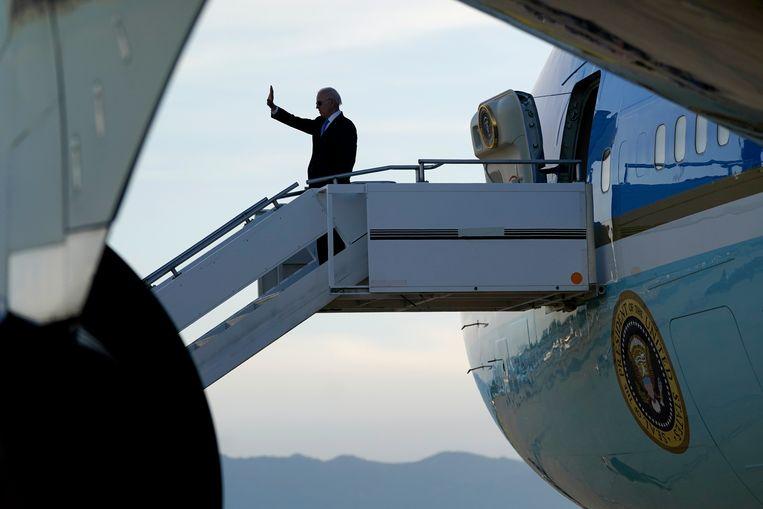 President Joe Biden stap aan boord van Air Force One in Genève na zijn trip door Europa.  Beeld AP