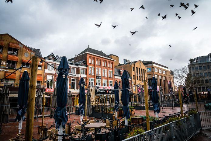 De een kan niet wachten tot de terrassen weer open mogen, de ander ziet er te weinig brood in. Burgemeesters van Helmond en Someren willen net als de 'grote jongens in de Randstad' wel, Eindhoven volgt 'de landelijke lijn'.