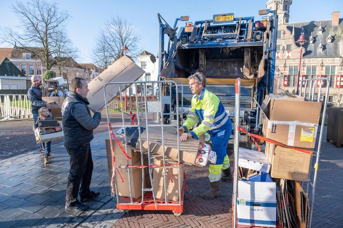 Henk Verburg (midden) helpt met vijf collega's van Brasserie Eigenwijzz voortaan in wisseldiensten elke week met het inzamelen van papier, karton en plastic bij ondernemers in de binnenstad van Middelburg.