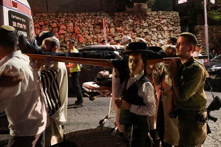 Zeker 150 mensen zijn gewond geraakt door het instorten van een tribune in een synagoge op de Westelijke Jordaanoever. Beeld Reuters