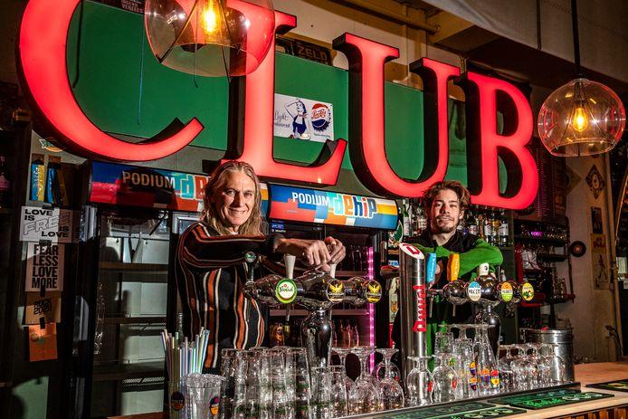 Wijnand Sterken (62) en Lorenzo Bidotti (23) achter de tap bij café De Hip in Deventer.