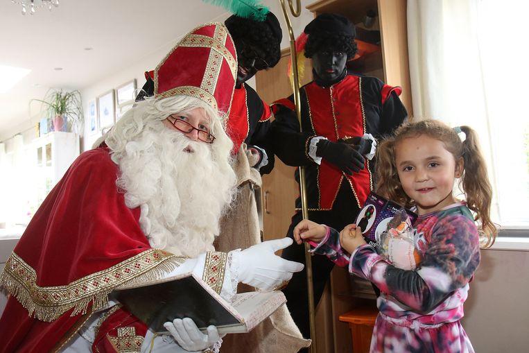 De Sint kwam bij verschillende gezinnen op bezoek in de wijk Avermaat.