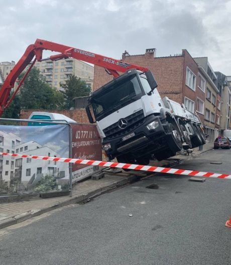 Un camion en difficulté redressé à l'aide d'une grue à Etterbeek