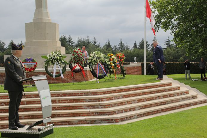 Namens het Vierdaagse comite legt Henny Sackers een krans op de militaire begraafplaats in Groesbeek.