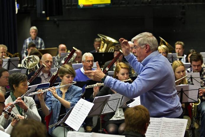 Jo Conjaerts dirigeert de Koninklijke Harmonie Echo der Kempen. Archieffoto René Manders