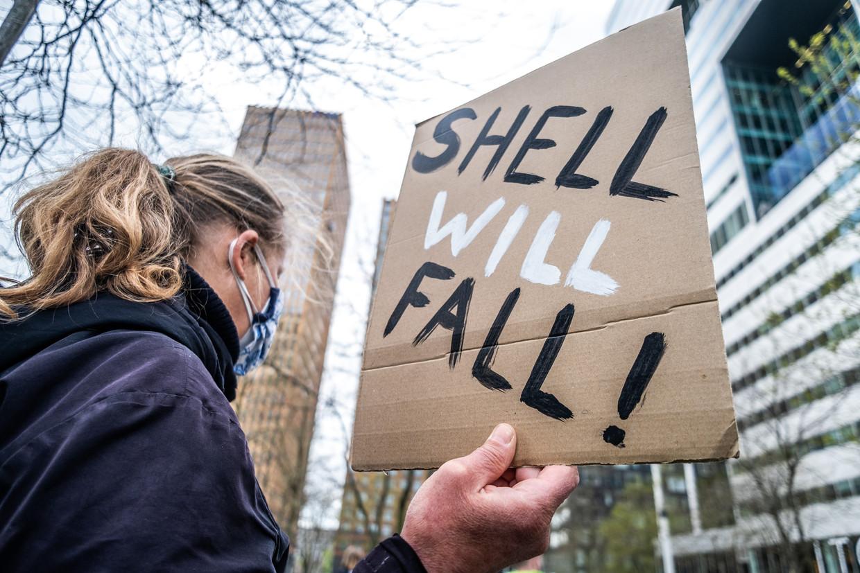 Milieu-organisaties demonstreren in Amsterdam tijdens de aandeelhoudersvergadering van Shell. Beeld Hollandse Hoogte / Joris van Gennip