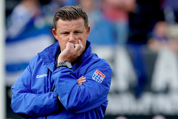 """PEC Zwolle-trainer John Stegeman: ,,Als het niet loopt, moet je het juist simpel houden. Niet naar een andere kleur spelen en geen tierelantijntjes uithalen."""""""