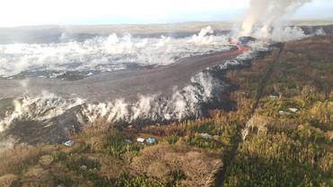 fotoreeks over Populair Hawaïaans strand en school bedolven onder lava van vulkaan Kilauea