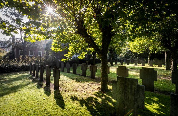 De graven van paters bij het oude klooster aan de Wilhelminastraat in Asten worden verplaatst naar het parochiekerkhof.