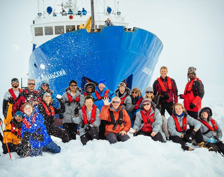 epa04002998 A picture made available 29 December 2013 shows passengers in front of the Akademik Shokalskiy ship which got stuck in ice in Antarctica, 28 December 2013. The Russian-registered MV Akademik Shokalskiy became stuck in ice on 24 December with 48 passengers, mostly Australians, and around 20 crew on board. After rescue efforts by Chinese icebreaker Snow Dragon failed, the remaining rescue ship, Australia's Aurora Australis, is expected to reach the site, about 2,500 kilometres south of Hobart, Tasmania, late 29 December.  EPA/ANDREW PEACOCK / FOOTLOOSEFOTOGRAPHY.COM MANDATORY CREDIT: EPA / ANDREW PEACOCK / FOOTLOOSEFOTOGRAPHY / SPIRITOFMAWSON.COM Beeld null