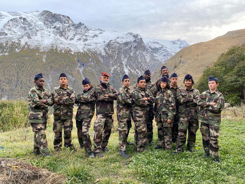 Kapitein Nourouddine Abdoulhoussen (rode baret) met leden van zijn organisatie Laissez-Les Servir. Beeld Laissez-Les Servir