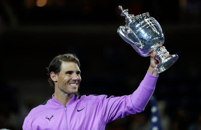 Rafael Nadal toont het publiek in het Arthur Ashe Stadium de winnaarsbokaal na zijn zege op Daniil Medvedev in de finale van de US Open. Beeld AP