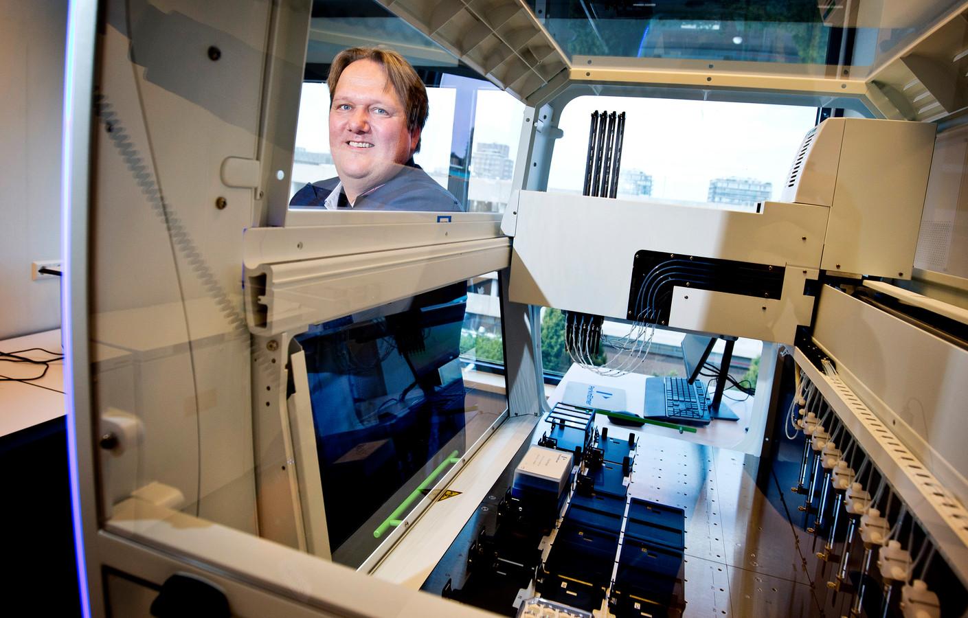 Jacob Olie van Eurofins in het laboratorium in Rijswijk.