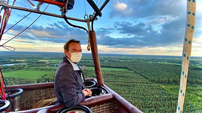 Daan van Loosbroek van SKY Ballonvaarten hoog boven Tilburg.