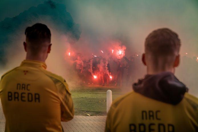 NAC-supporters steken de spelers een hart onder de riem in aanloop naar de halve finale tegen FC Emmen.