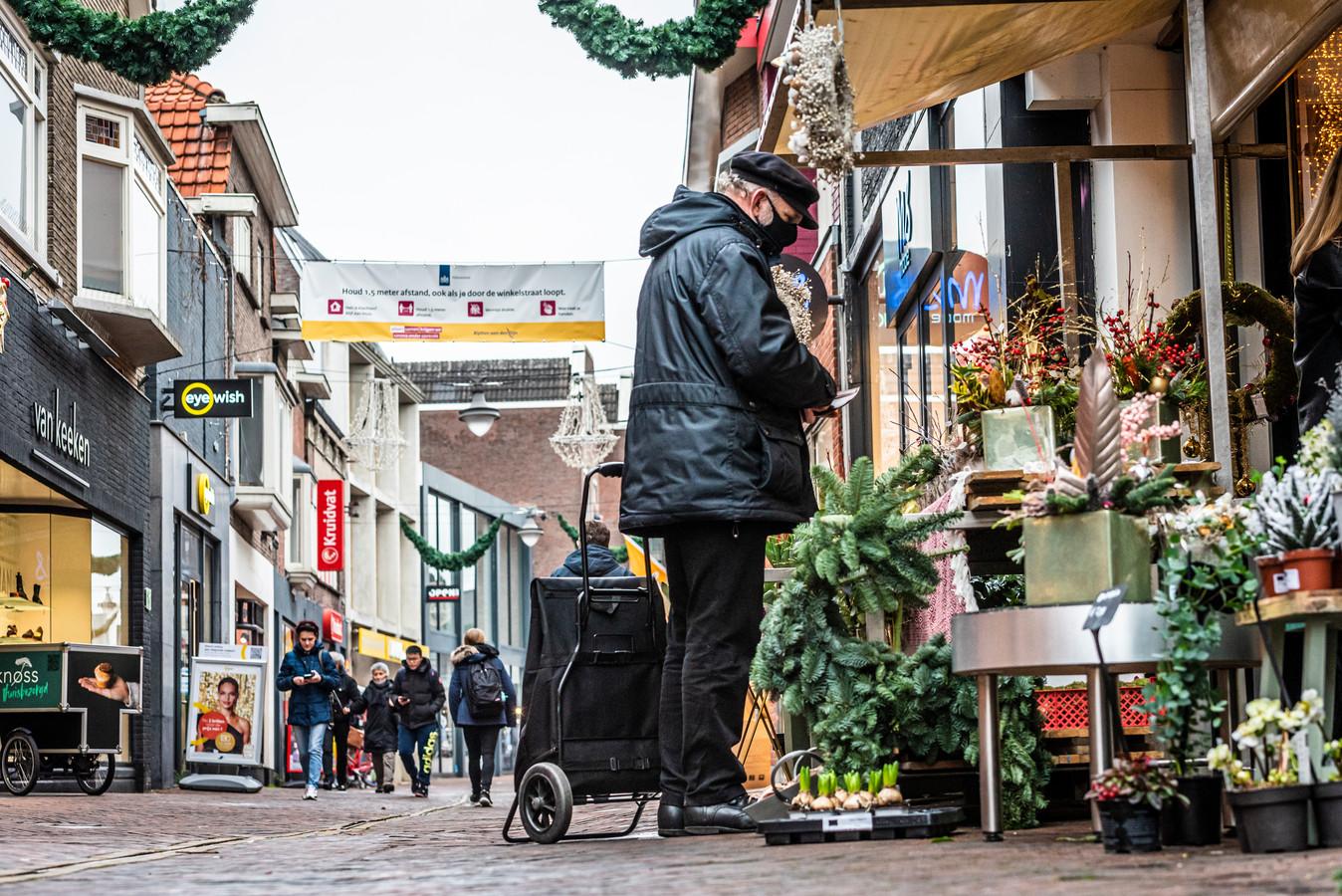 Het centrum van Alphen op de eerste dag van de tweede lockdown, half december. Ook toen kelderde het bezoek minder hard in Alphen (-69 procent) dan gemiddeld in Nederlandse binnensteden (-75 procent).