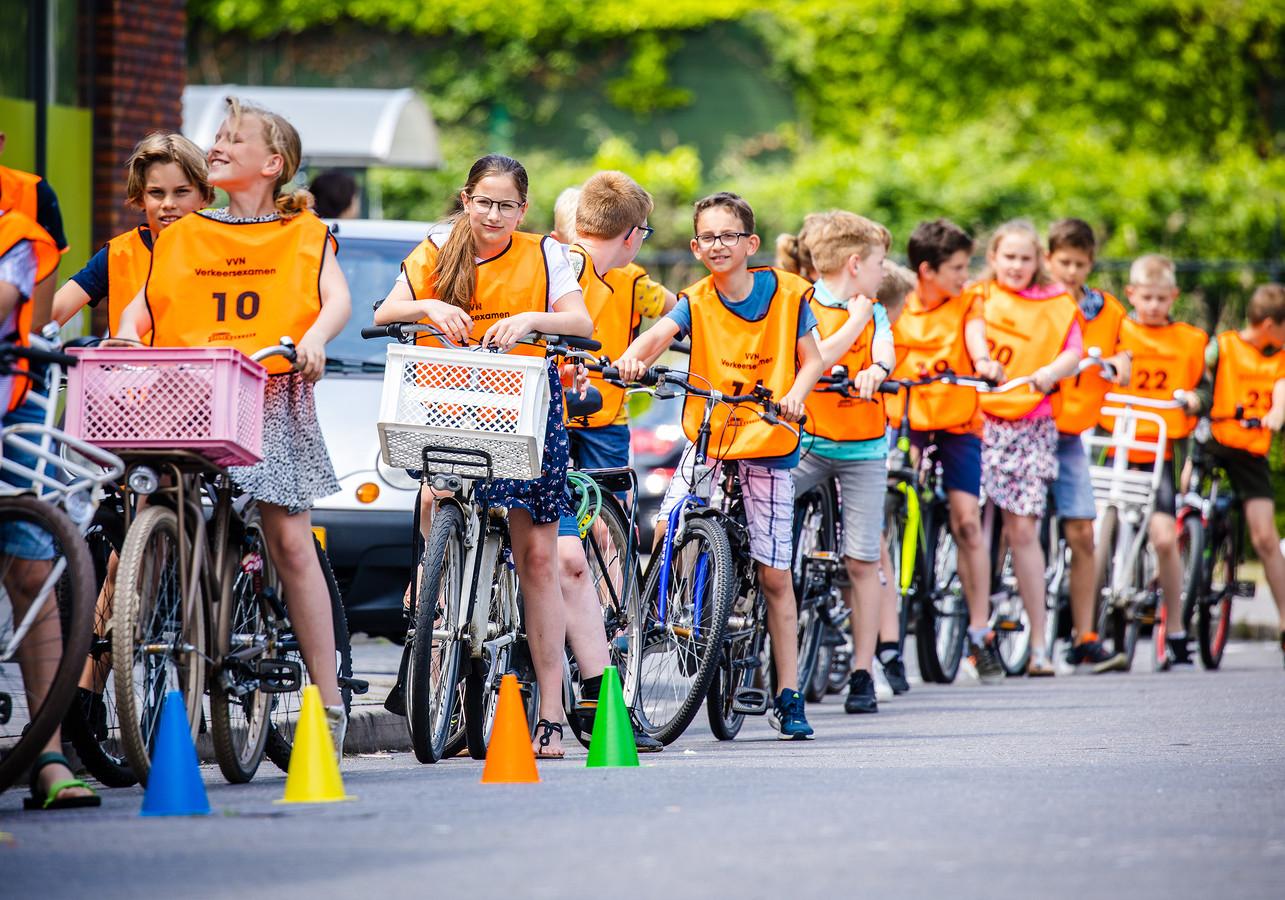 Kinderen op de fiets tijdens een verkeersexamen.
