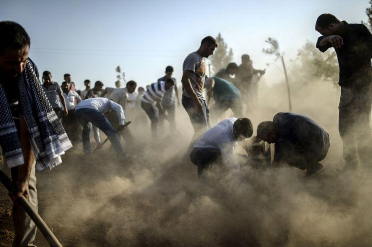 De slachtoffers van de aanslag van maandag worden begraven Beeld afp