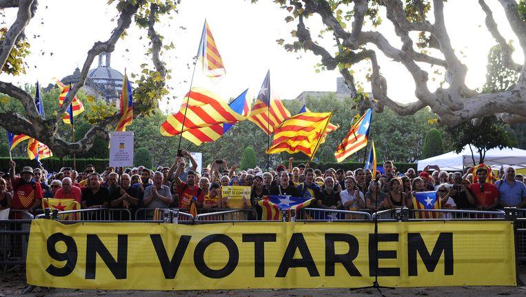 Voorstanders van een referendum demonstreren buiten het parlementsgebouw in Barcelona. Beeld ap