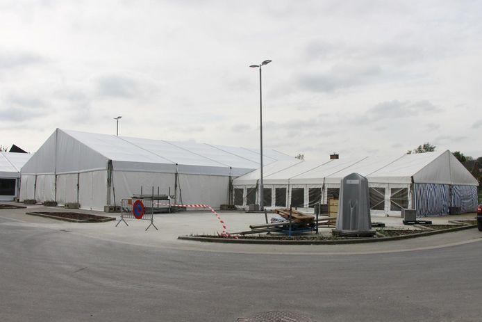 De gemeente huurde dure tenten voor de Vlaamse wandeldag.