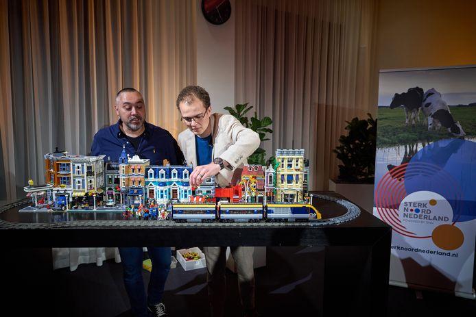 Deelnemers van de LEGO Brickmasters bouwen in Den Haag mee aan een goede treinverbinding naar de noordelijke provincies.