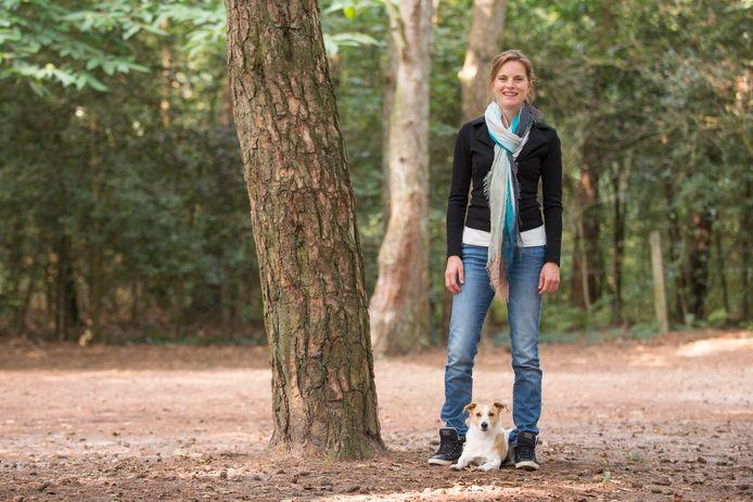 Ineke van Herwijnen, onderzoeker Wageningen, met haar hond Bronx, een terrier-kruising