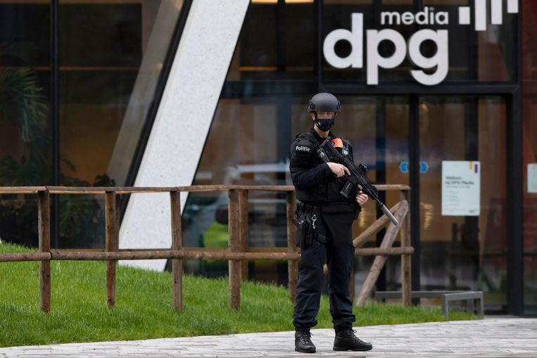 Een agent bij het kantoor van DPG Media in Antwerpen. Beeld AFP