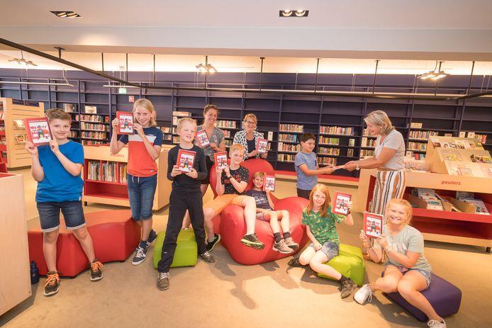 Filemon van de digitale schoolkrant overhandigt het eerste exemplaar van De Brinkschool.