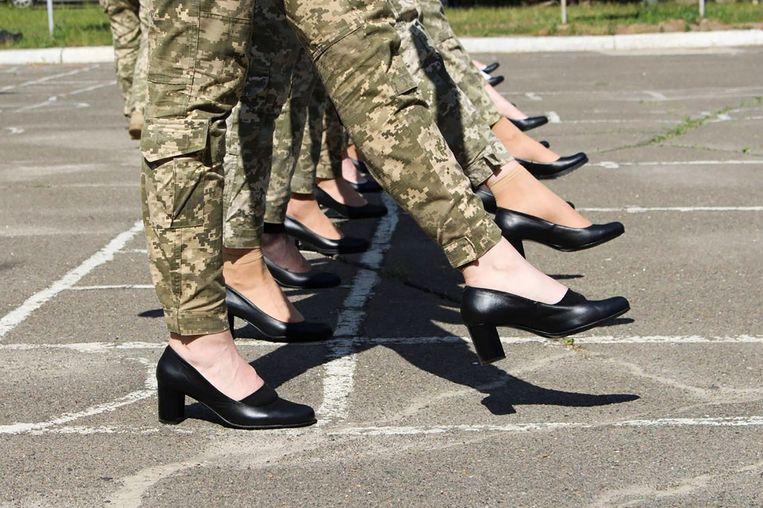 Een door het Oekraïense ministerie van Defensie gepubliceerde foto van oefenende vrouwelijk militairen op hoge hakken. Beeld AFP
