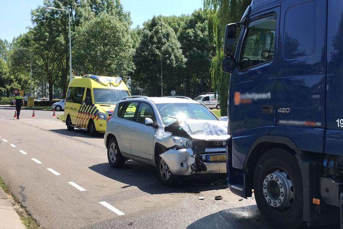 De auto botste frontaal op de vrachtwagen en raakte zwaar beschadigd.