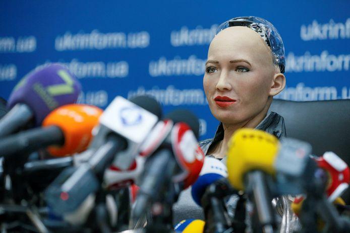De 'sociale humanoïde robot' Sophia tijdens een conferentie in Kiev in 2018. Sophia is één van de vier modellen die het bedrijf Hanson Robotics nog dit jaar massaal van de band wil laten rollen.