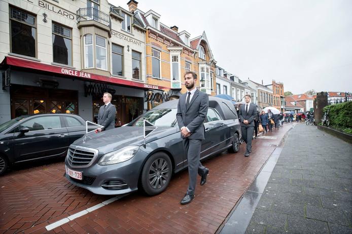 De rouwwagen met de kist van zanger Thijs van der Molen passeert onderweg naar Boerke Verschuren café Oncle Jean.