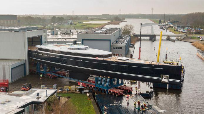 De hangar moest vergroot worden om onderdak te bieden aan het 81 meter lange zeiljacht