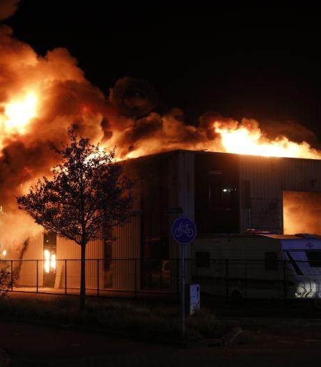 Loods gaat in vlammen op bij grote brand in Roosendaal