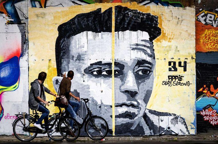 Levensgrote muurschildering van Ajacied Abdelhak Nouri op een muur van een pand aan de NDSM-werf. De muurschildering is een eerbetoon aan de voetballer en is gemaakt door kunstenaar en Ajax-fan Ives One (34). Beeld anp