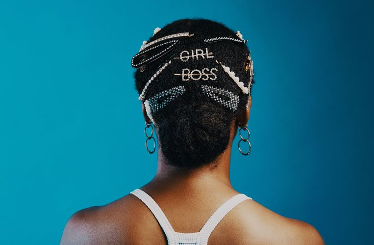 Rearview shot of a woman wearing hair clips against a blue background Beeld Getty Images