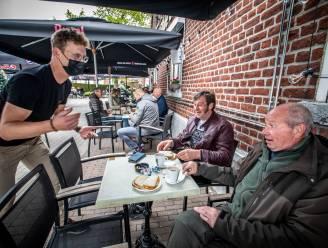 "Bokes met spek en ei, aub! Café 't Elfde Gebod viert heropening ook met kerstbomen en witte rook: ""Nóg spannender dan bij opening vier jaar geleden"""