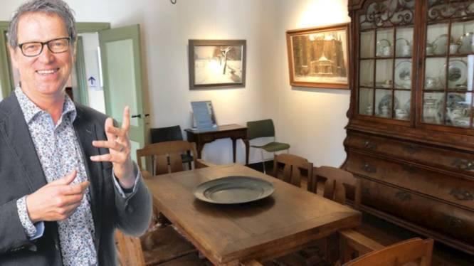 Tussen de schilderijen in de huiskamer van Jan Heesters