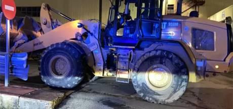 Viré, il vole un bulldozer et démolit 50 Mercedes